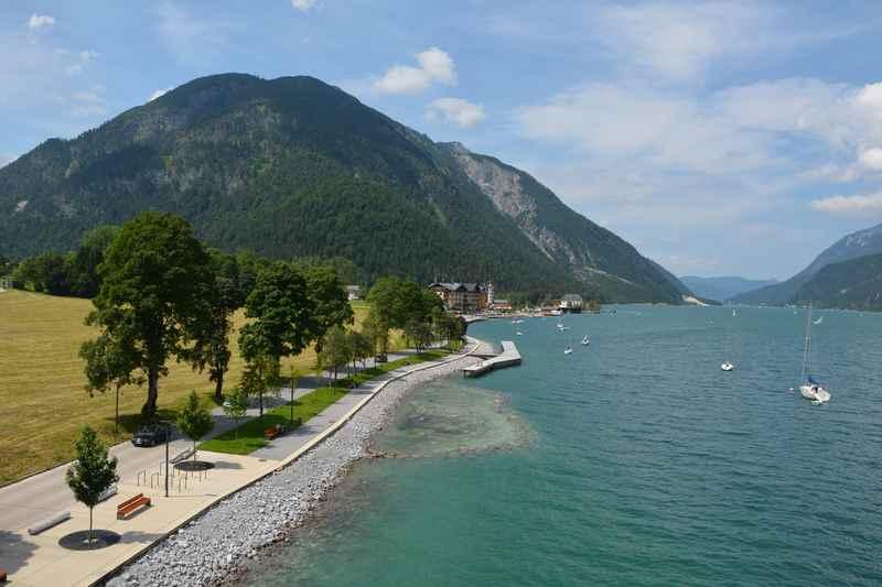 Baden am Achensee in Pertisau - vom Badesteg ins Wasser zum Schwimmen
