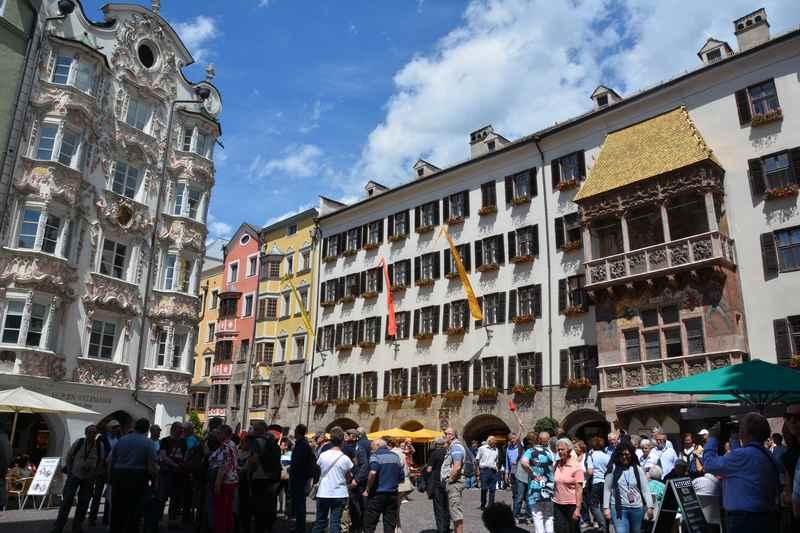 Das bekannte goldene Dachl in der prachtvollen Herzog Friedrich Strasse in der Altstadt Innsbruck