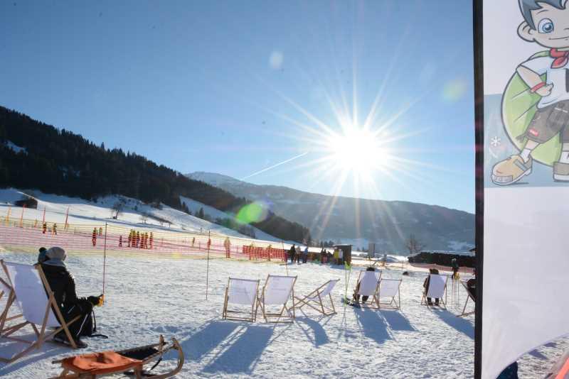 Skiurlaub mit Kindern im Familienskigebiet Tirol: In Weerberg im Liegestuhl sitzen, sonnen und den Kindern im Skikurs zuschauen