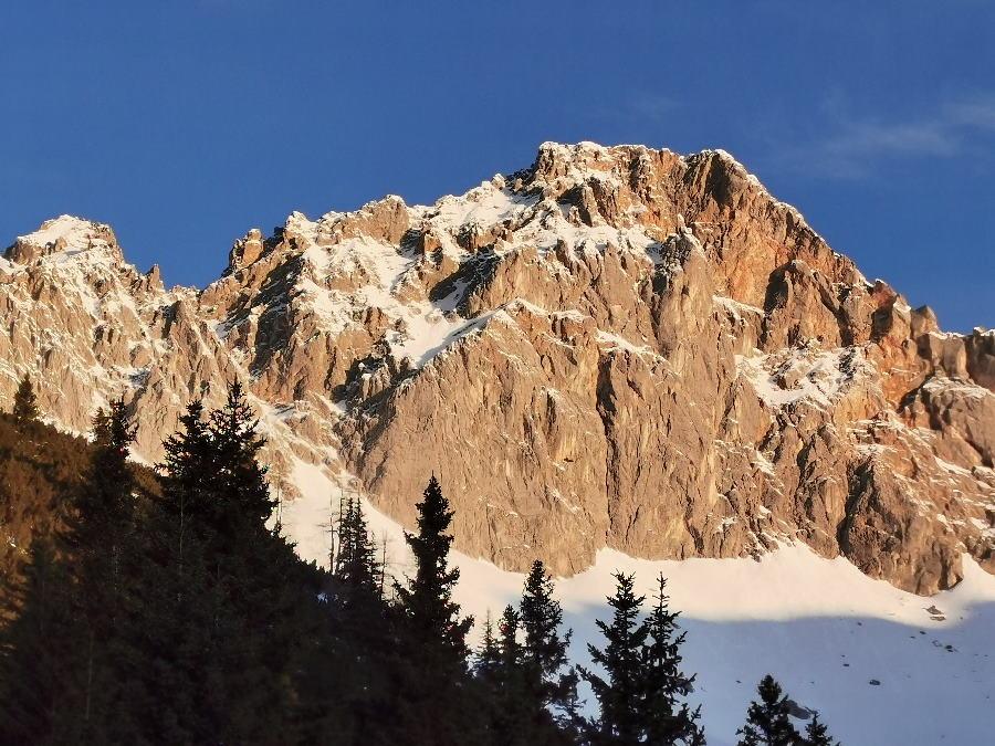 Auf der Schneewanderung kannst du von der Hütte diesen Sonnenaufgang erleben