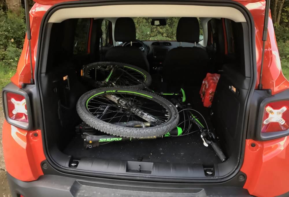 Im JEEP - Kofferraum findet mein Mountainbike Platz
