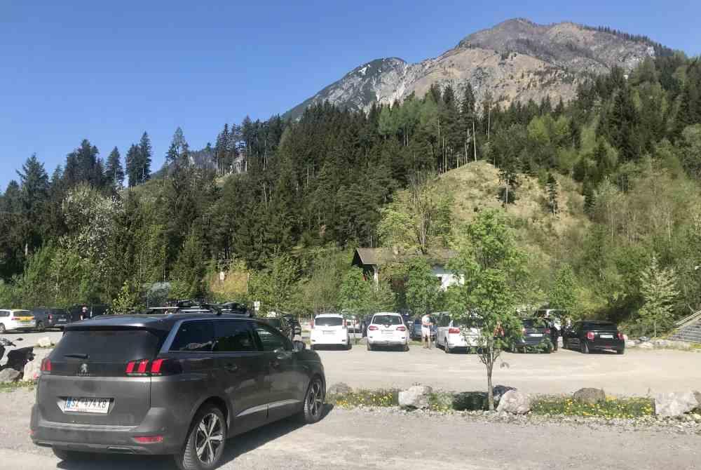 Viel Parkfläche - aber an Wochenenden sehr gut belegt: Die kostenlosen Parkplätze in Absam am Eingang ins Halltal