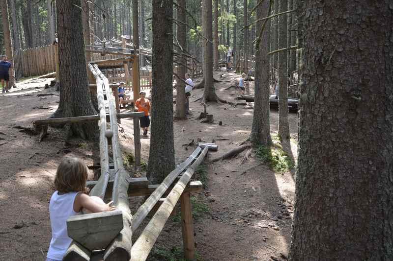 Zu dieser riesigen Kugelbahn im Wald wollen wir: Das Ausflugsziel Kugelwald