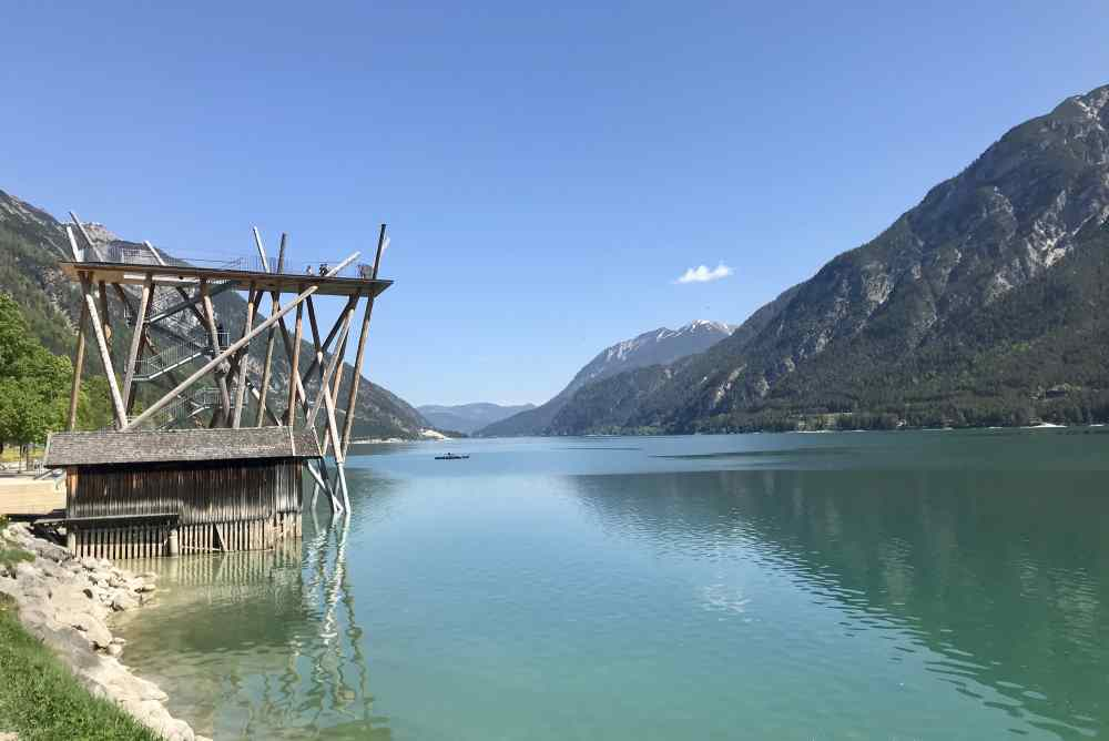 Tolles Ziel für einen Spaziergang rund um das Fürstenhaus: Die Aussichtsplattform am Achensee in Pertisau