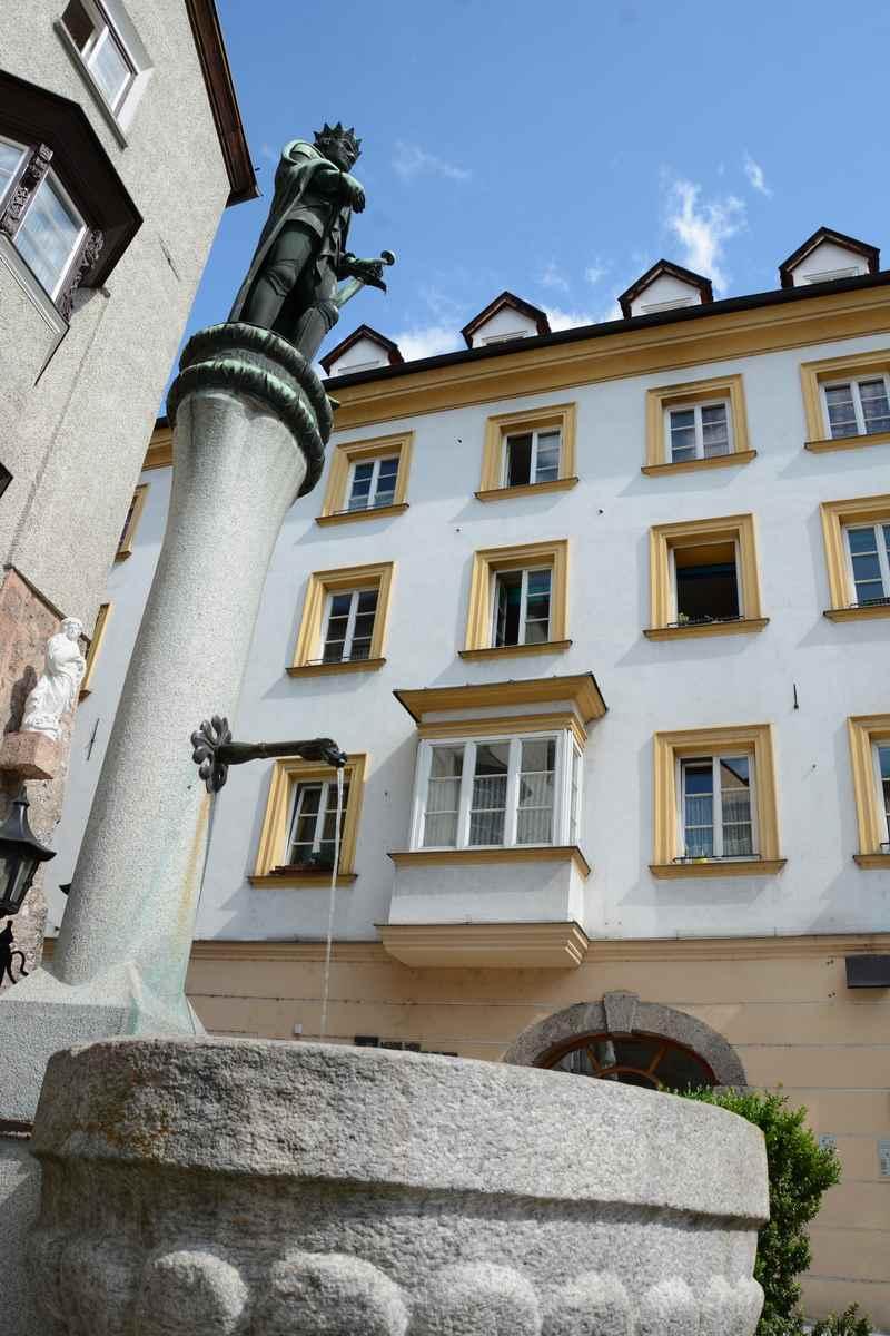 Sigmund der Münzreiche ziert den Brunnen am unteren Stadtplatz