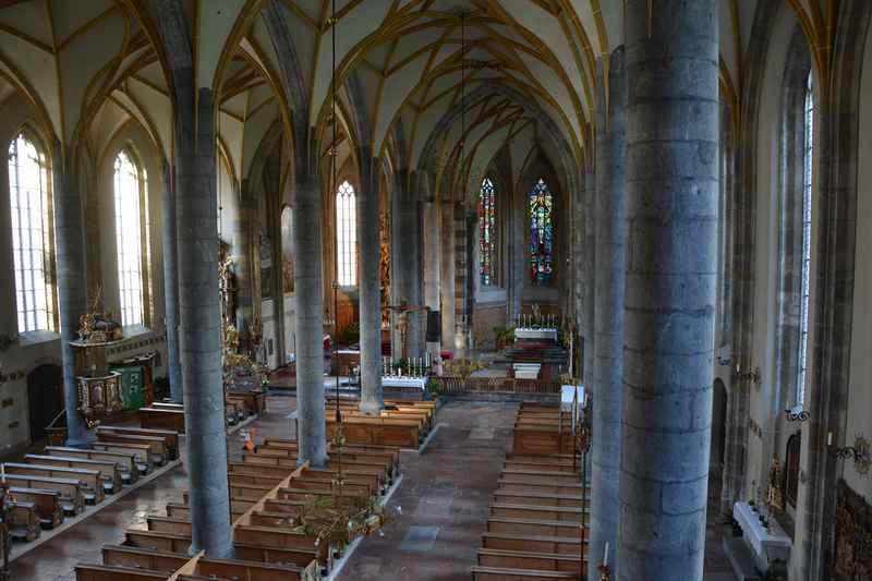Der Blick in die vierschiffige Kirche in Schwaz, eine sehr prächtige Kirch in Tirol