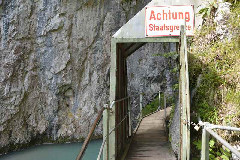 Am Eingang der Klamm die Grenze: Von Bayern nach Tirol wandern