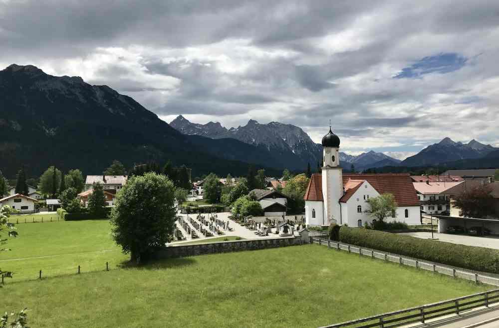 Wandern Wallgau: Vom Dorfplatz bei der Kirche geht es hinauf auf den Krepelschrofen