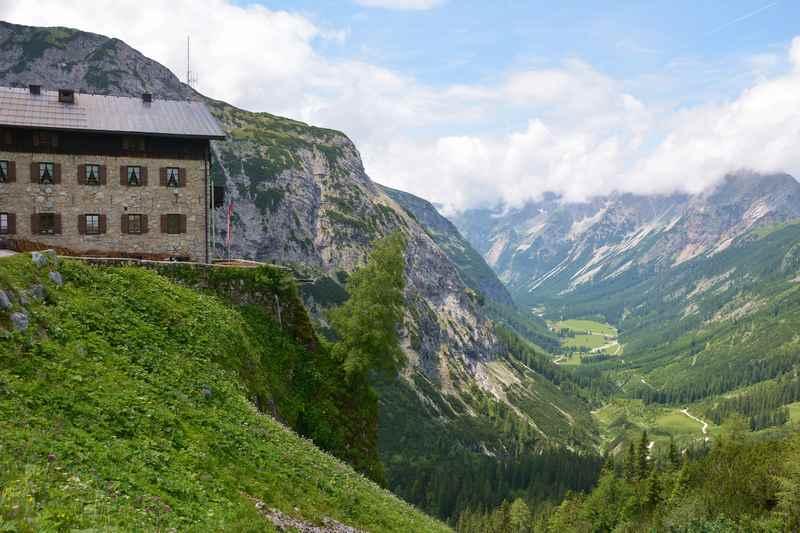 Das Karwendelhaus mit dem Karwendel beim Hochalmsattel, unten das Karwendeltal