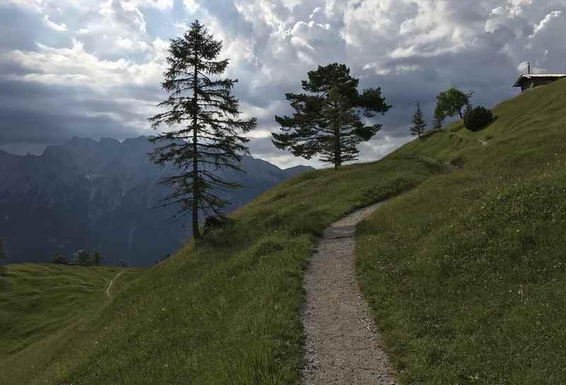 Die letzten Meter auf den Gipfel, rechts ganz klein die Holzhütte am Kranzberg