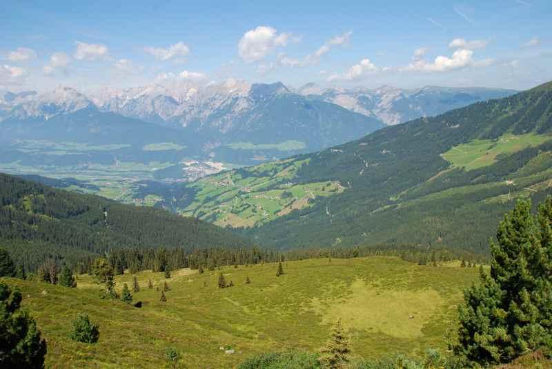 Der Ausblick von der Loas und dem Loassattel auf Inntal und Karwendel