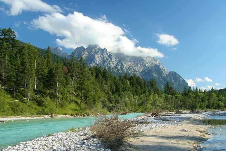 """Warum ist die Isar grün? - hier in Krün, hat nichts mit der Farbe """"grün"""" zu tun, Foto: Alpenwelt Karwendel"""