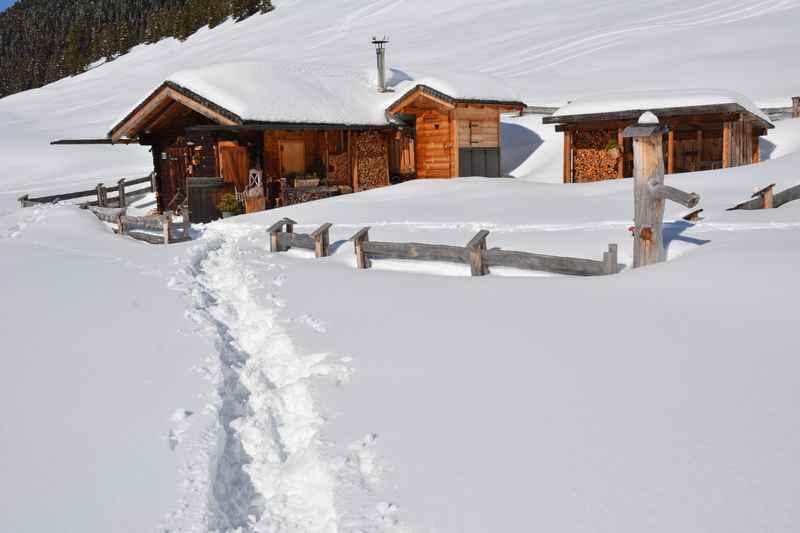 Wie funktioniert schneeschuhwandern? - man lernt es schnell und kann gleich eine leichte Schneeschuhwanderung auf eine Alm im Karwendel machen
