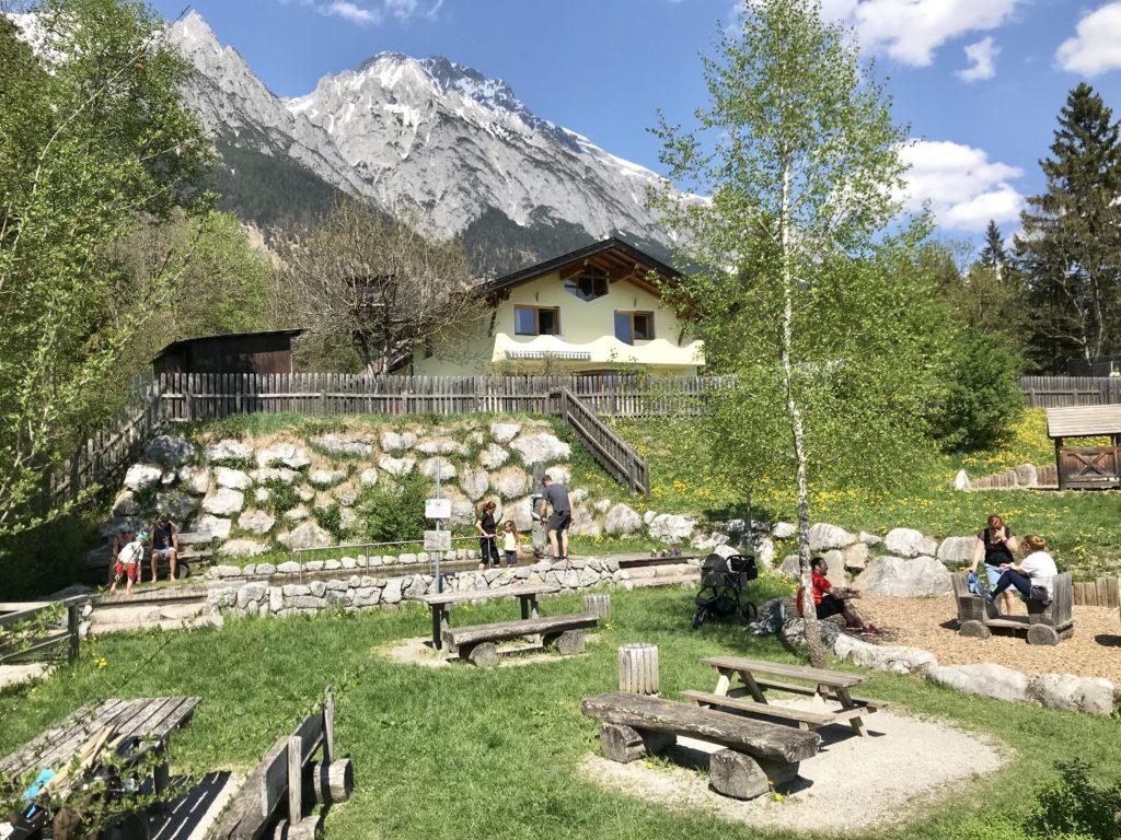 Ein Teil des Spielplatzes in Absam mit vielen Bänken für ein Picknick