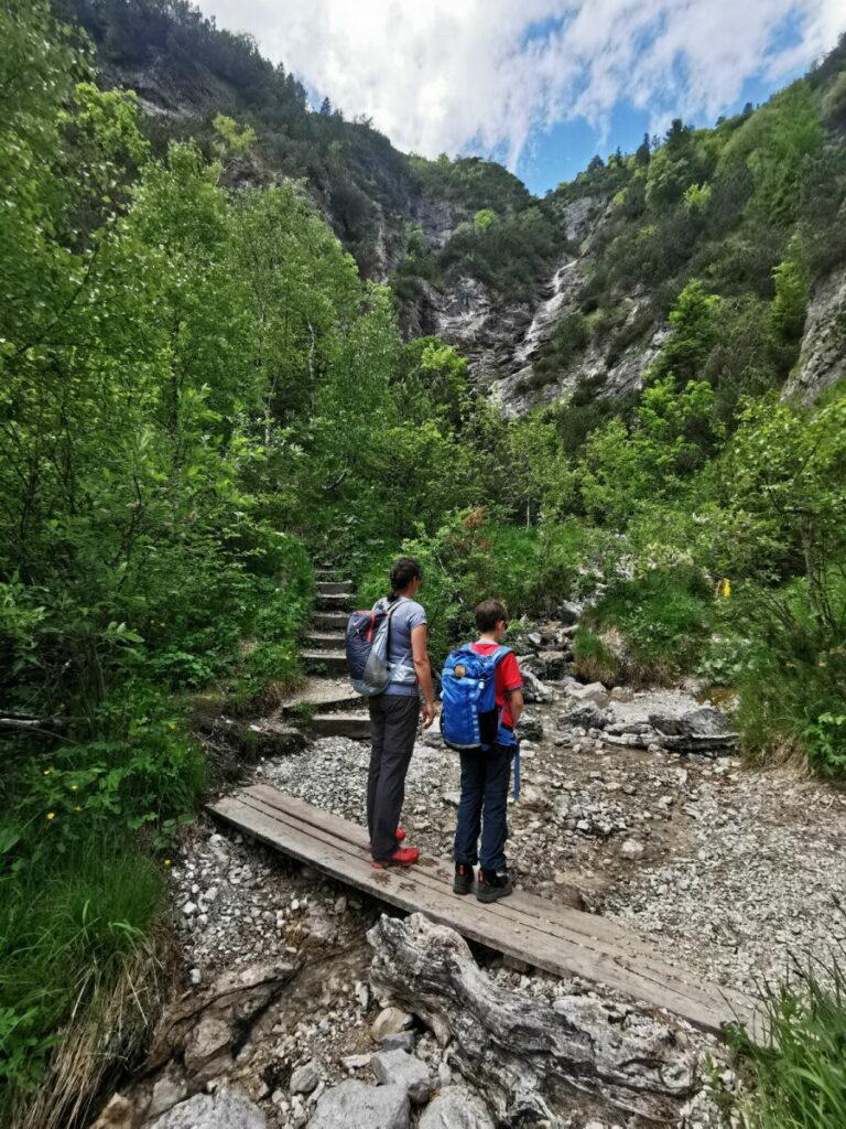 Kurz bevor wir Achenkirch erreichen, kommt ein kleiner Wasserfall von der Seekarspitze herunter