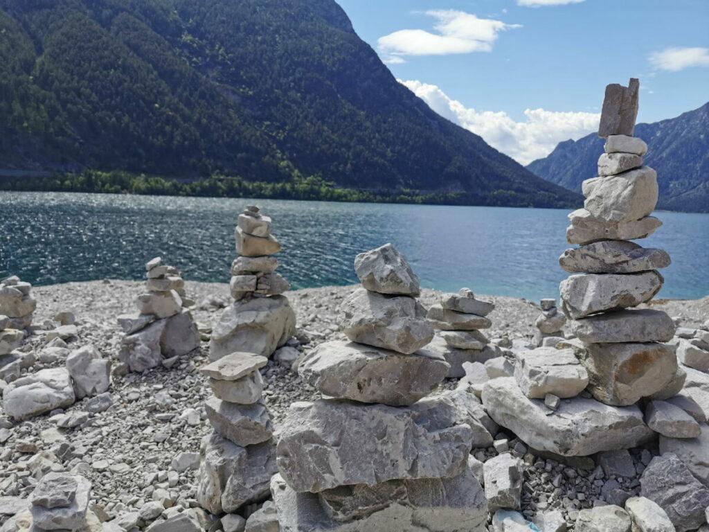 Der Achensee Rundweg quert eine Schotterreisse - hier werden fleißig Steinmänchen gebaut