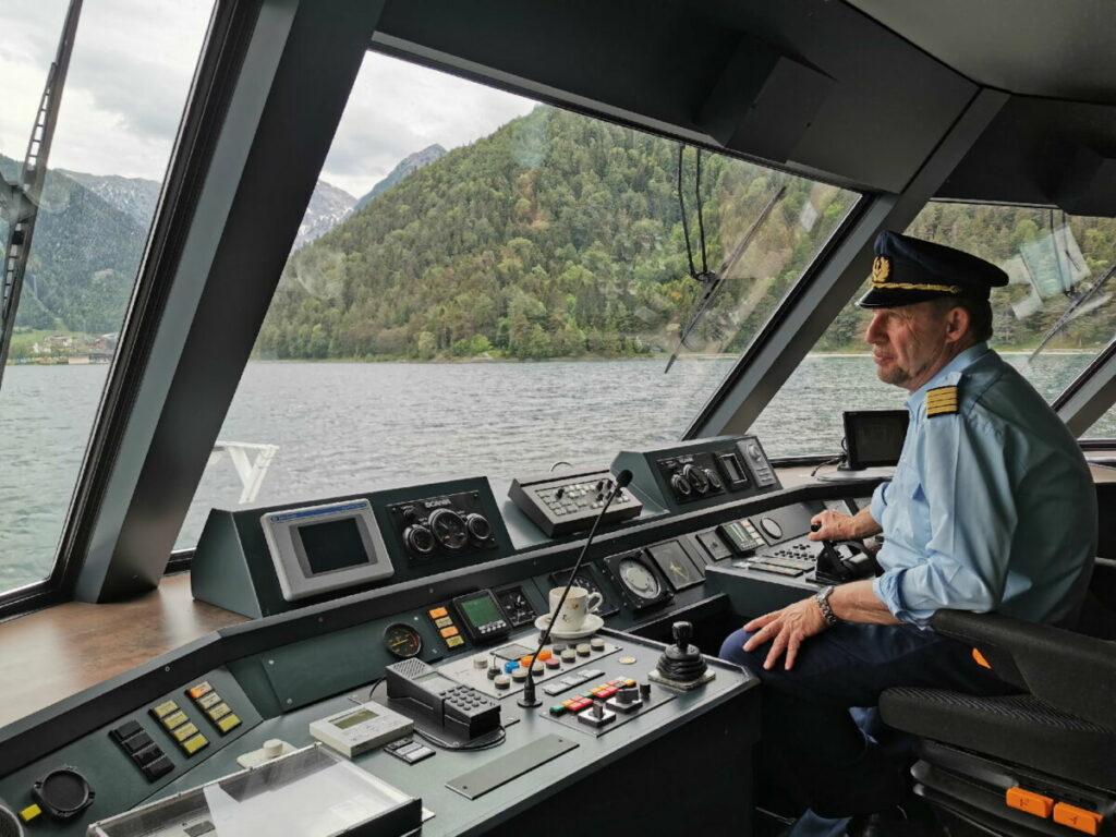 Kapitän Christian steuert stolz den Motor mit 2 x 400 PS