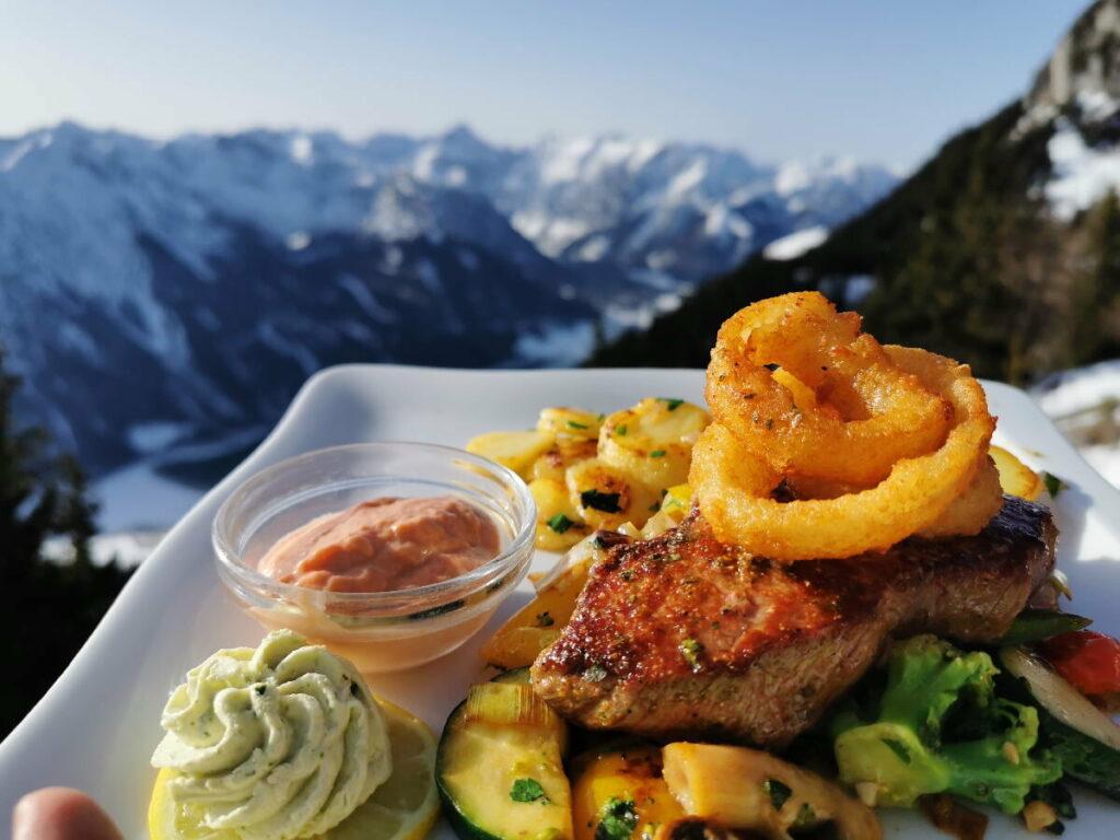 Nicht zu kurz kommt das gute Essen im Achensee Winter - Urlaub! Hier auf der Erfurter Hütte.