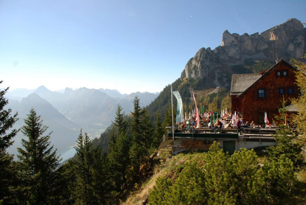 Am Achensee wandern - links siehst du den See, rechts die Erfurter Hütte im Rofan