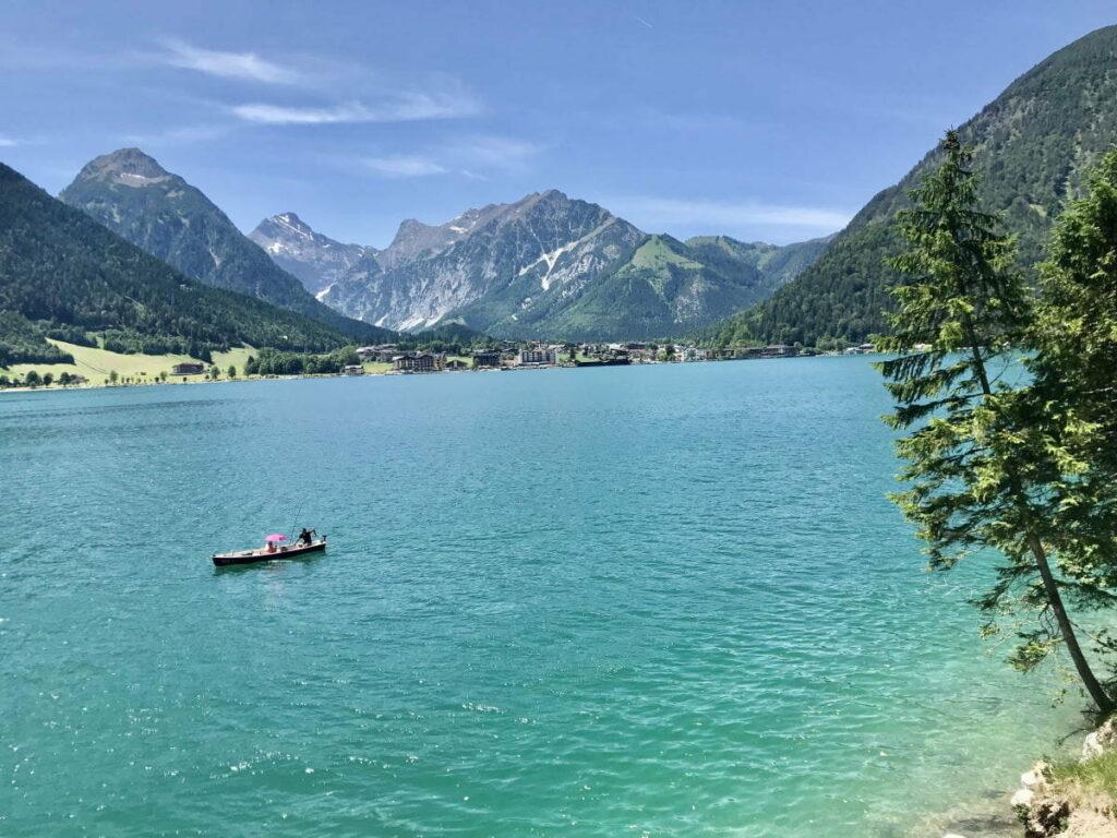 Der türkis schimmernde Achensee mit dem Karwendel