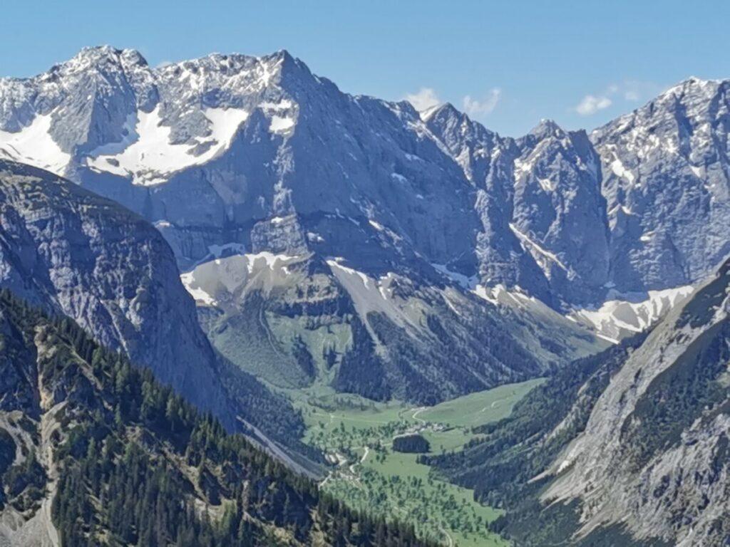 Ausblick auf das Naturdenkmal Großer Ahornboden - überragt vom Karwendel