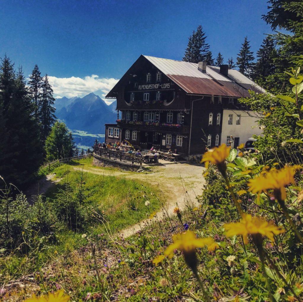 Die beliebte Loas Hütte am Loassattel, hinten das Karwendel in Tirol