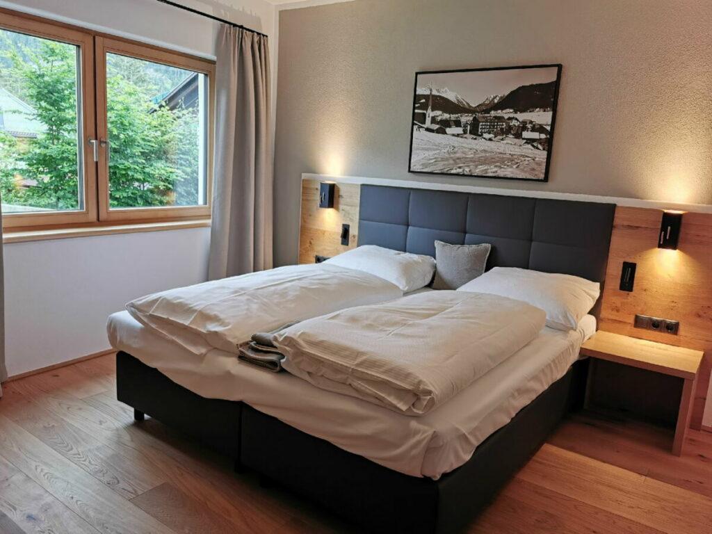 Eines der Schlafzimmer im Alpenparks Alpina Seefeld