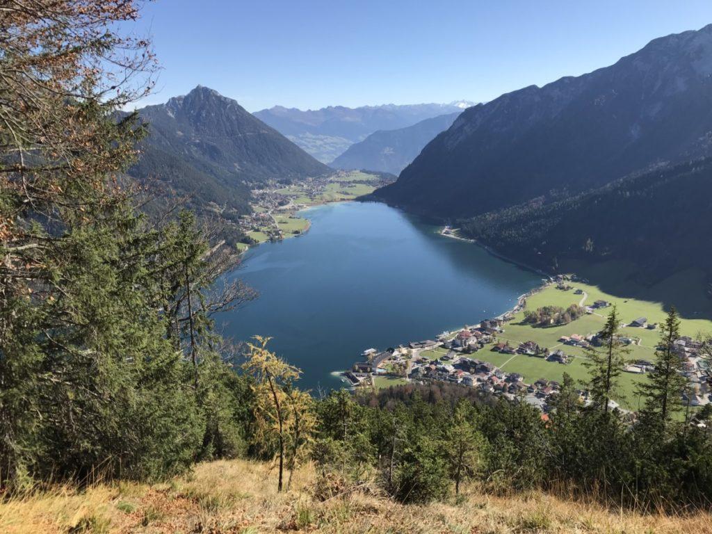 Bergtour Achensee wandern - das ist der Blick von der Seebergspitze auf den größten See in Tirol