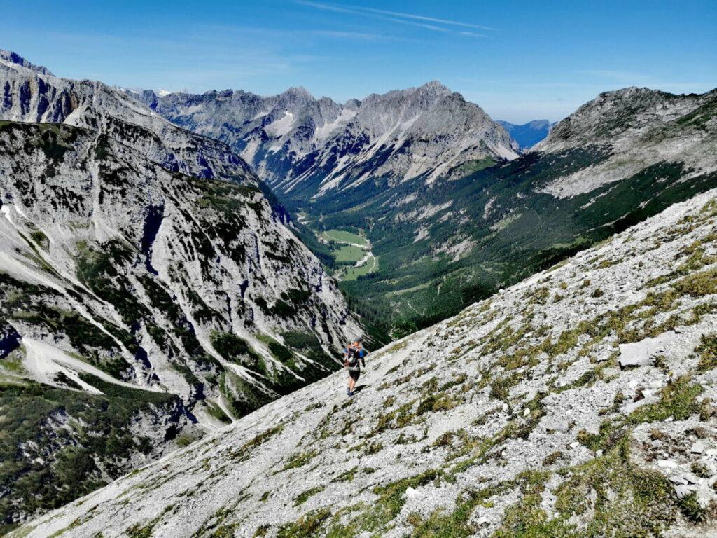 Bergtour Scharnitz: Der Abstieg vom Hochalmkreuz mit Blick zum Karwendeltal