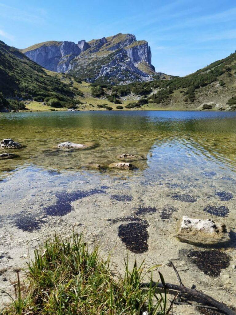 Bergwandern zum Zireiner See - lieblich ist der See eingebettet im Rofan
