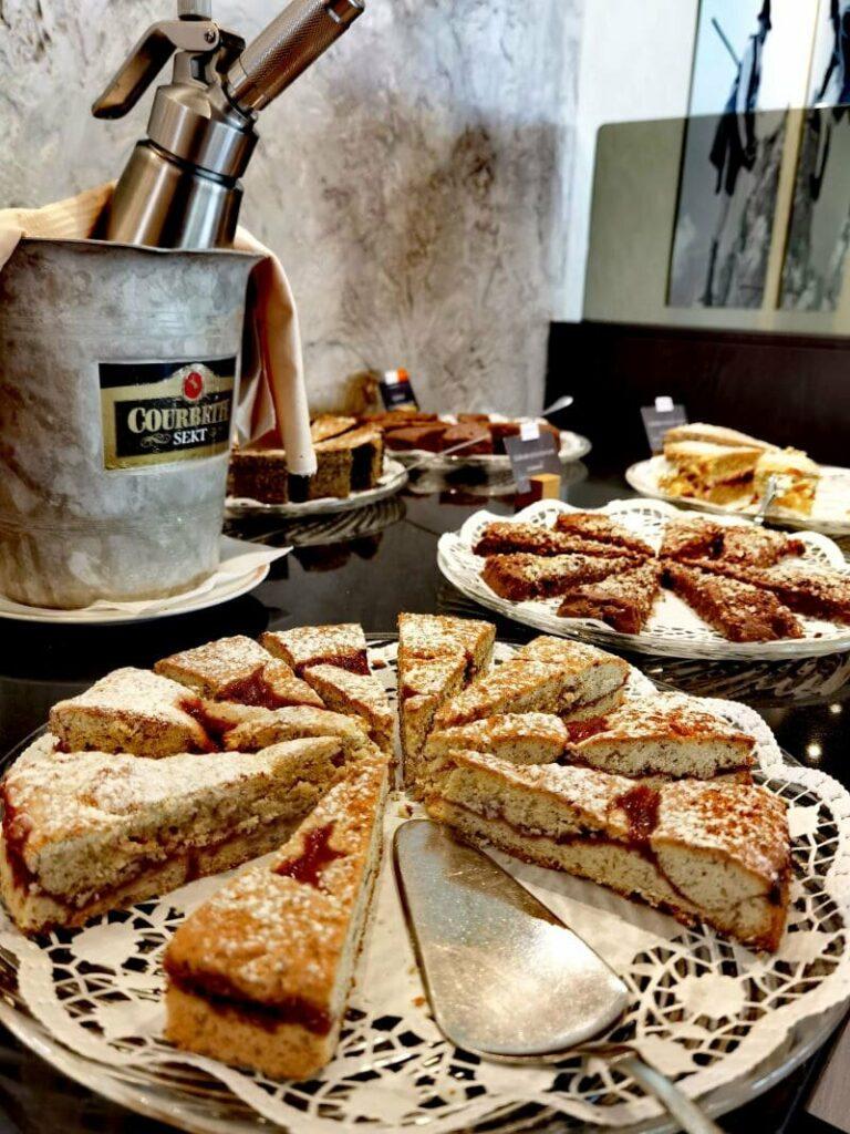 Das liebe nicht nur ich im Biohotel Leutascherhof - die reichhaltige Auswahl an Kuchen am Nachmittagsbuffet