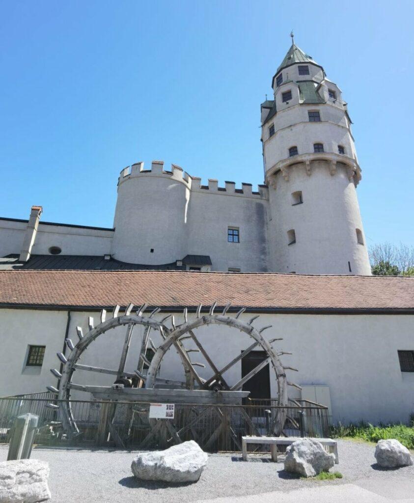 Top Sehenswürdigkeit der Altstadt Hall in Tirol - die Burg Hasegg mit dem Münzturm