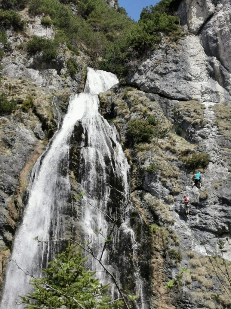 Der Dalfazer Wasserfall Klettersteig - rechts siehst du die Kletterer!