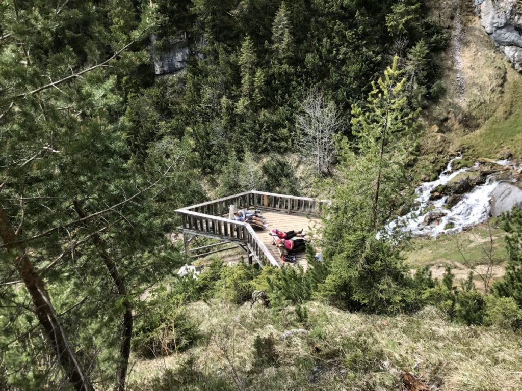 Am Dalfazer Wasserfall auf den Liegen entspannen