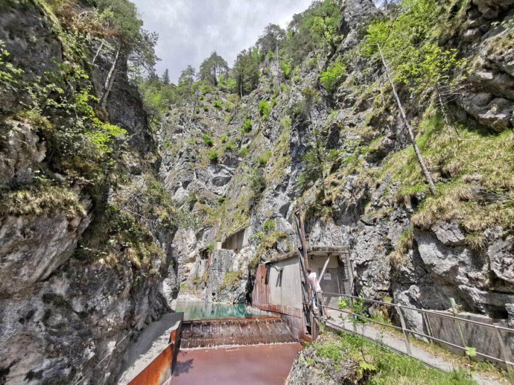 Hier endet der Wanderweg - Blick von der Brücke auf das Werk. Links davon ist das Wasserbecken.