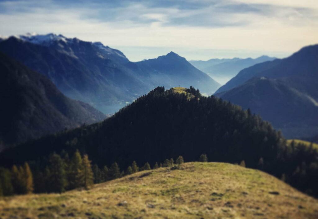 Aus dem Gerntal von der Mautstrasse auf den Feilkopf wandern - das ist der Gipfel in der Mitte mit dem Kreuz