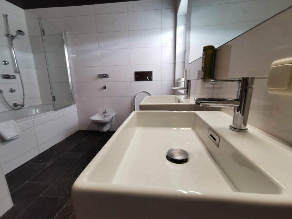 Das moderne Bad in unserer Ferienwohnung in Leutasch