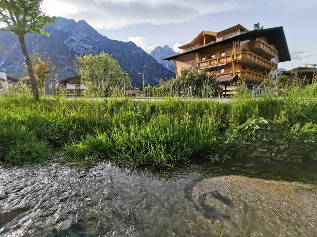 Neben den Leutascherhof Appartements fließt ein kleiner glasklarer Bach, in dem Fische schwimmen