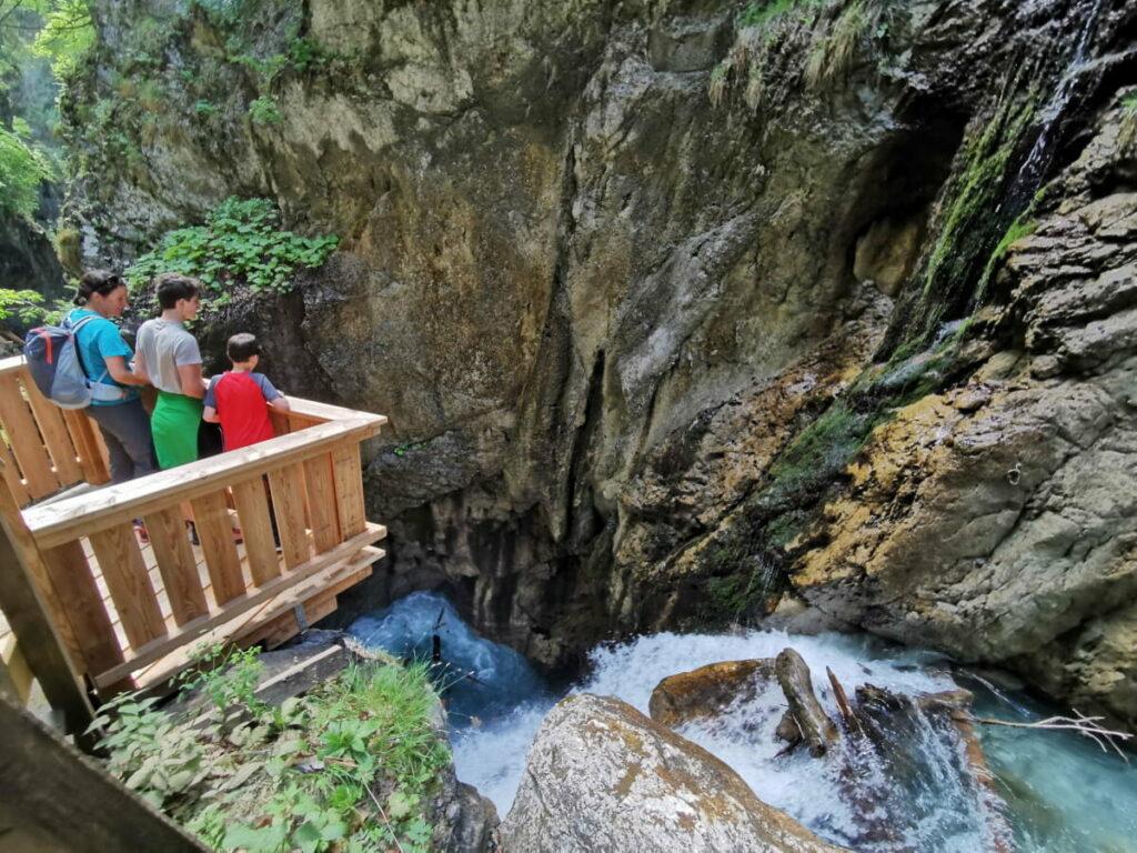 Wunderbare Frühlingswanderung Tirol - Das türkisgrüne Wasser in der Klamm fasziniert