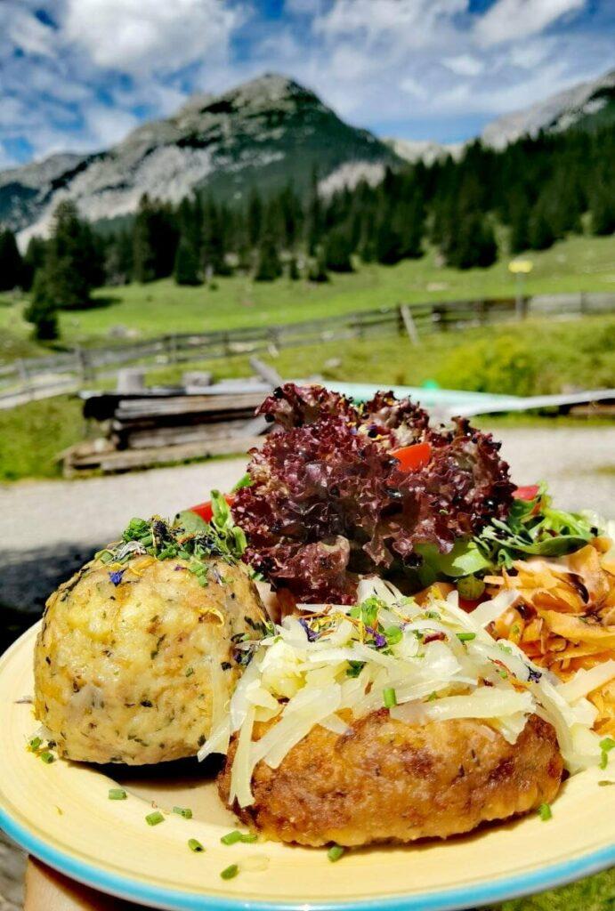Sehr gute Einkehr auf der Gaistalalm mit Tiroler Knödel und Salat