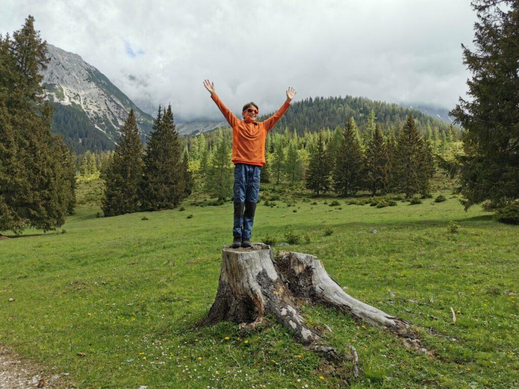Die weiten Almflächen finden selbst die Kinder toll - Baumstumpfbesteigung inbegriffen