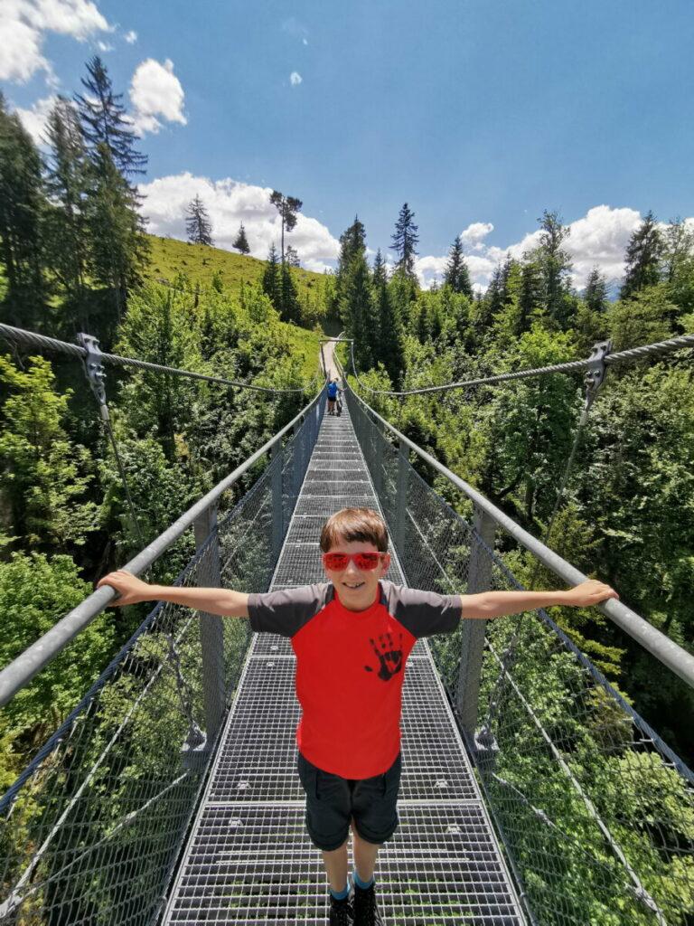 Die Hängebrücke ist direkt neben der Tannenhütte - und ideal für deine Familienwanderung