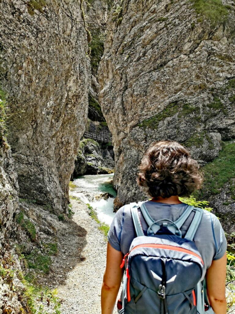 Zwischen diesen beiden engen Felsen beginnt die Gleirschklamm Wanderung