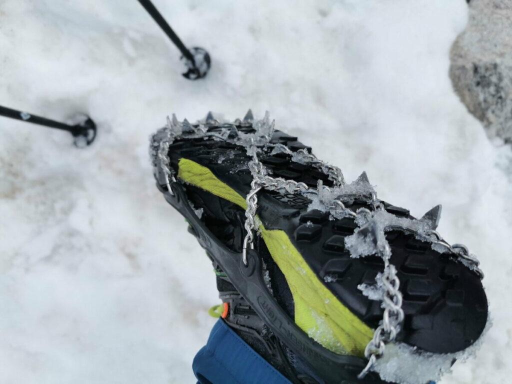 Meine snowlines Grödel lassen sich über jeden Wanderschuh ziehen und geben Halt bei einem Schneefeld