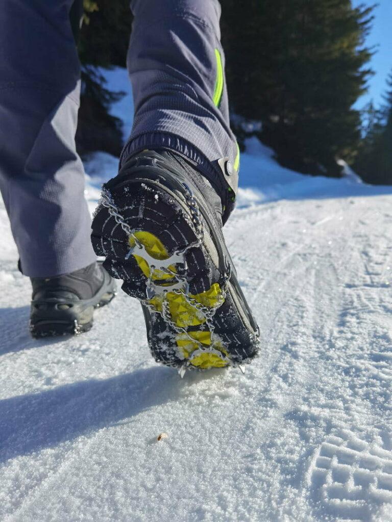 So funktionieren gute Grödel - die Zacken geben im harten Schnee und auf Eis perfekten Grip