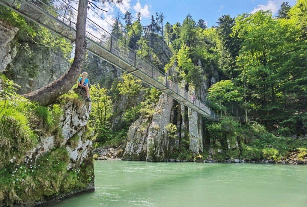 Das ist die Klobenstein Hängebrücke - oben siehst du auch eine der Aussichtsplattformen