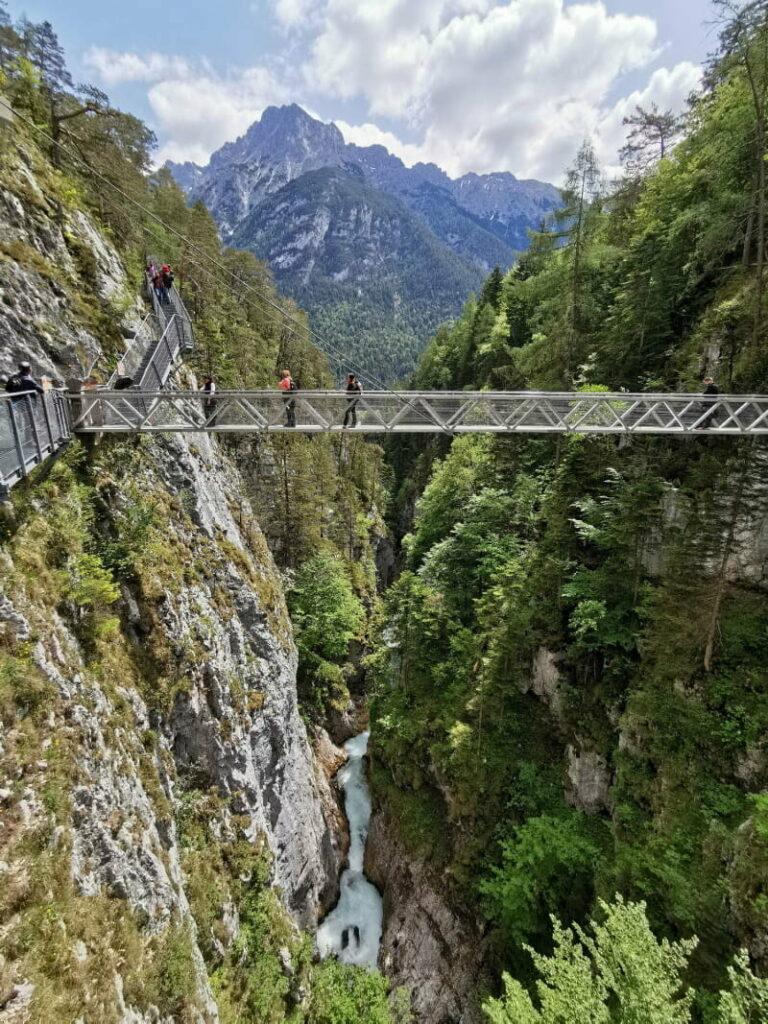 Grandiose Hängebrücke in der Leutaschklamm mit Blick zum Karwendel