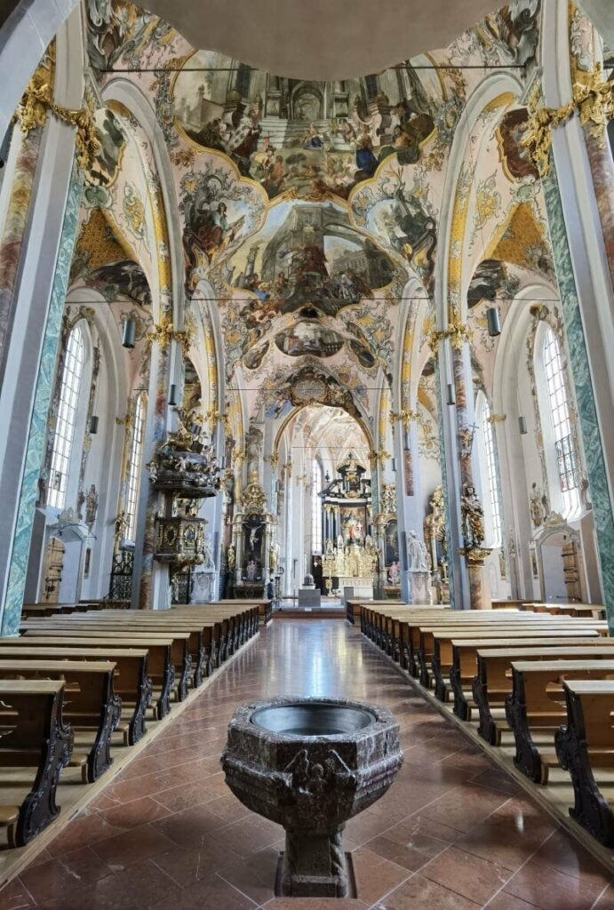 Der Blick in die Pfarrkirche von Hall in Tirol, sie ist dem Hl. Nikolaus geweiht
