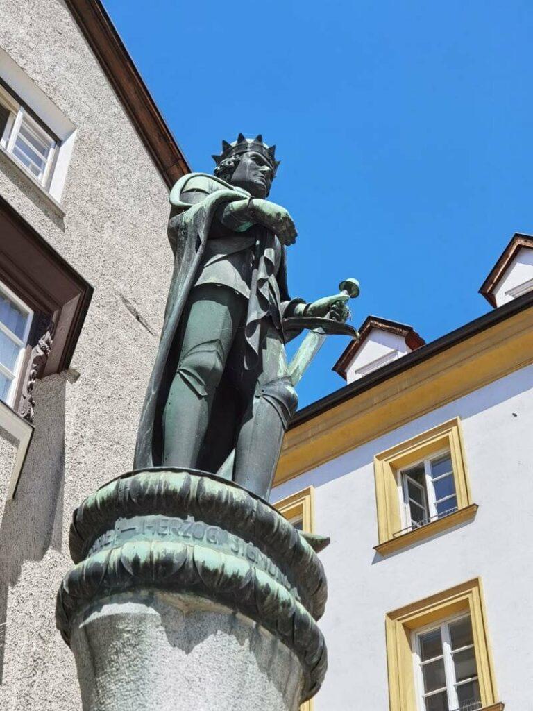 Hinein in die Altstadt Hall in Tirol - wo Sigmund der Münzreiche den Brunnen am unteren Stadtplatz ziert