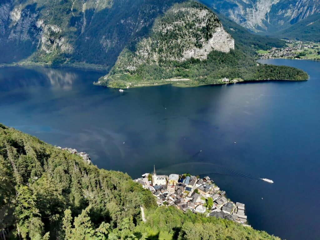 Highlight der Österreich Seen im Salzkammergut: Der historische Ort Hallstatt am Hallstätter See